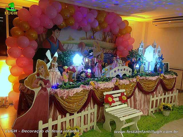 Decoração mesa de aniversário A Bela Adormecida - Mesa tradicional com toalhas de pano - tecido de cetim para festa infantil