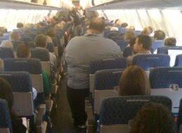 Hombre muy gordo en un avión imagen chistosa