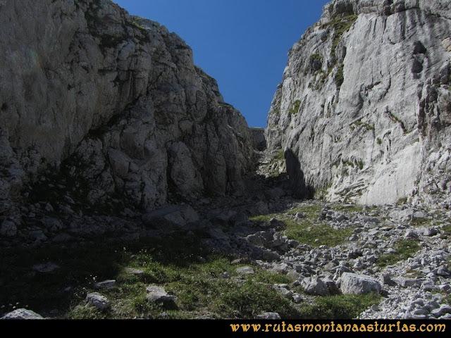 Ruta Poncebos a Cabrones por Camburero y Urriellu: Canal en Jou Lluengu