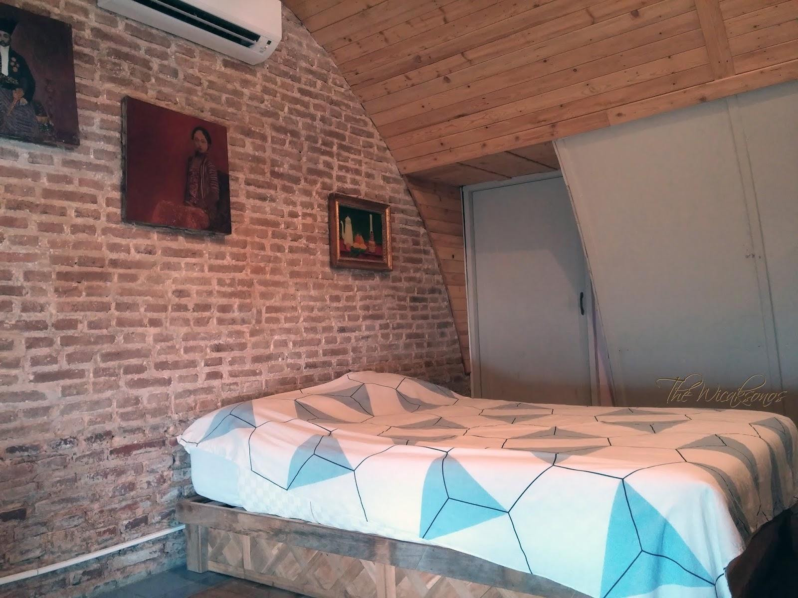 Kamar yang Sama Kami Tempati Dua Tahun Silam (Villa Isabella Putri B&B)