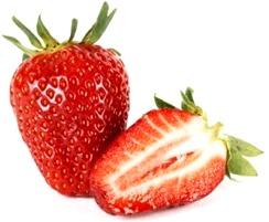 Foto de una fresa entera y otra fresa partida color rojo