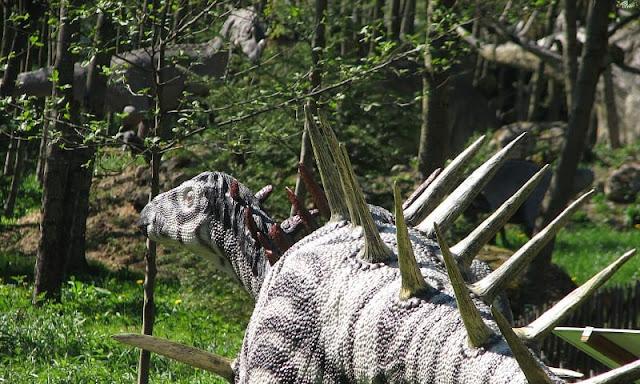 seekor stegosaurus di dalam hutan