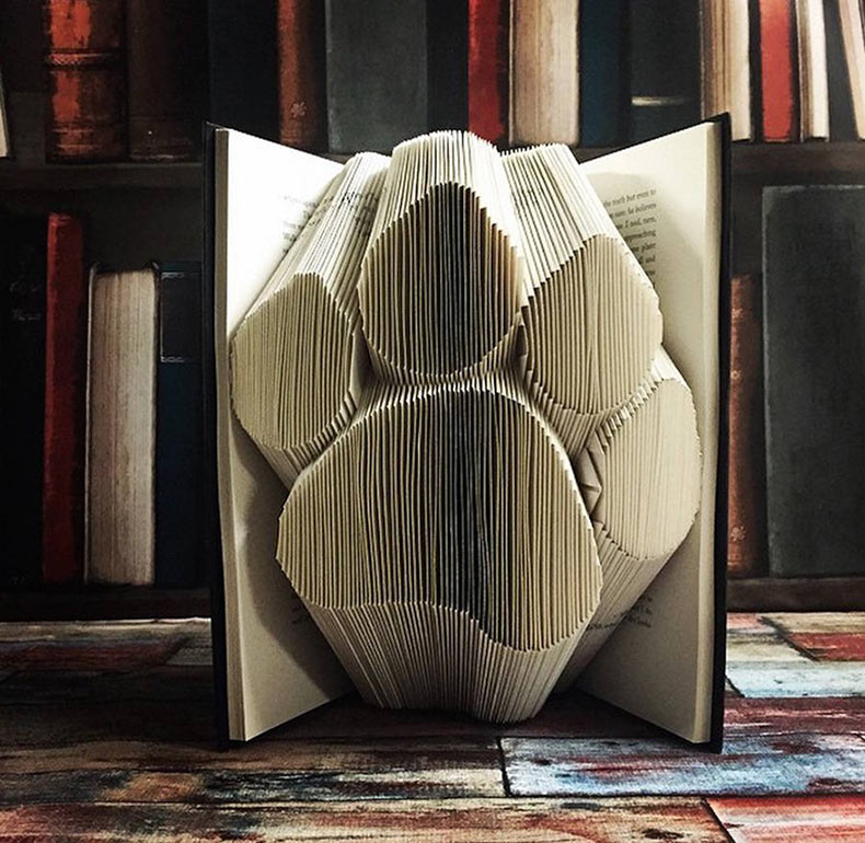 Esculturas origami hechos de libros por Nicola Nobo