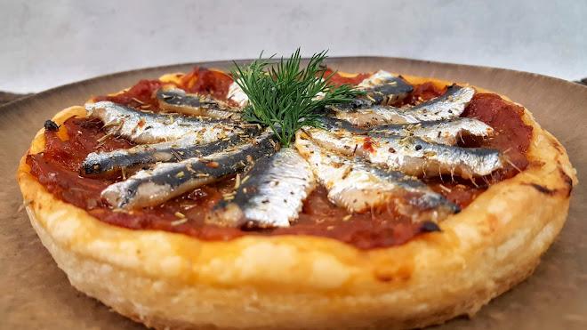 Tarte fine aux sardines, compotée de tomates et oignons