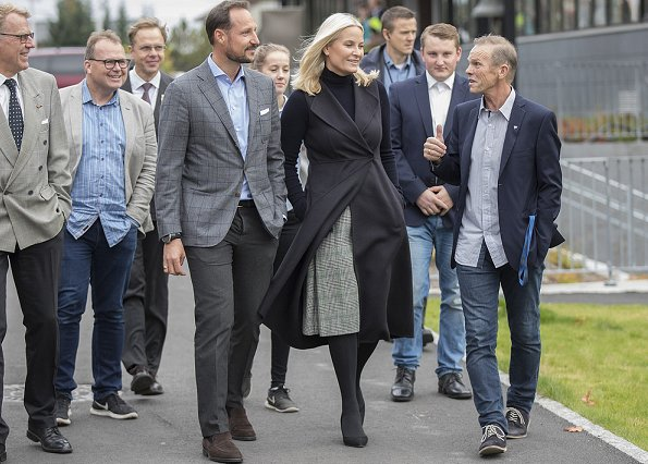 Crown Princess Mette-Marit visited Rønningen college (Rønningen folkehøgskole) in Oslo. Valentino coat Prada pumps