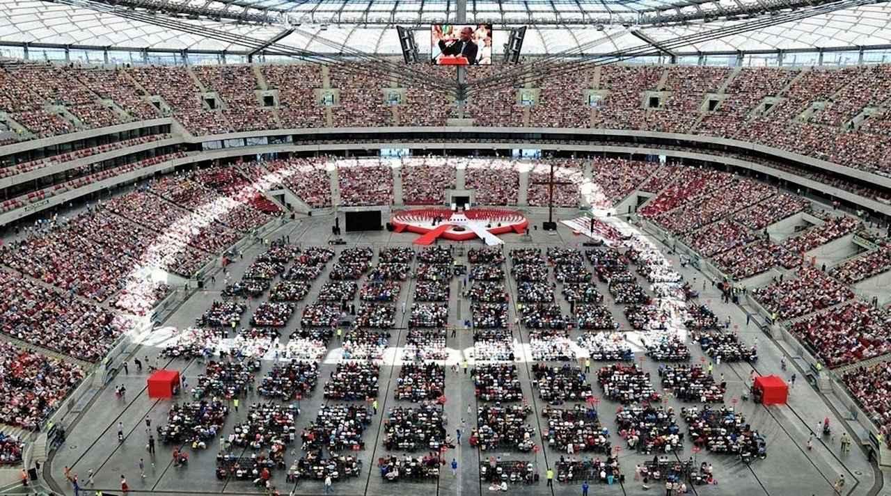 Exorcismo coletivo no Estádio Nacional de Varsóvia.