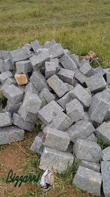 Pedra paralelepípedo para construção de calçamento com pedra.