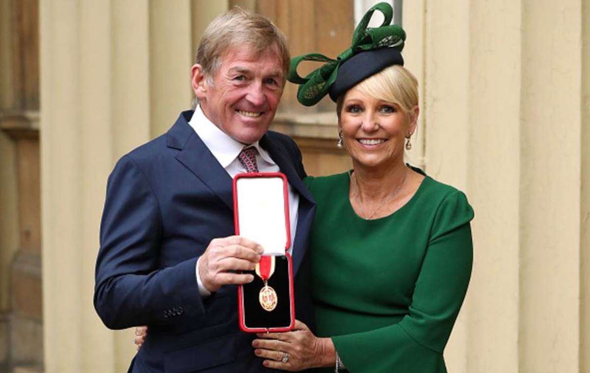 Kenny-Dalglish-and-his-wife-proudly-show-knighthood-medal