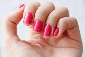unhas com esmalte rosa chiclete