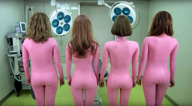 Las chicas coreanas de Six Bomb en trajes rosas ajustados