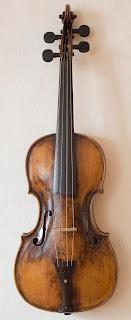 Violín de la infancia de Mozart construido por el luthier y el fabricante de violines Andreas Ferdinand Mayr, que trabajó para la corte de Salzburgo (1693-1764) tal como se menciona en una etiqueta en el interior. La fecha exacta no es legible pero es probable que el instrumento se haya realizado en los años cuarenta del siglo XVIII.