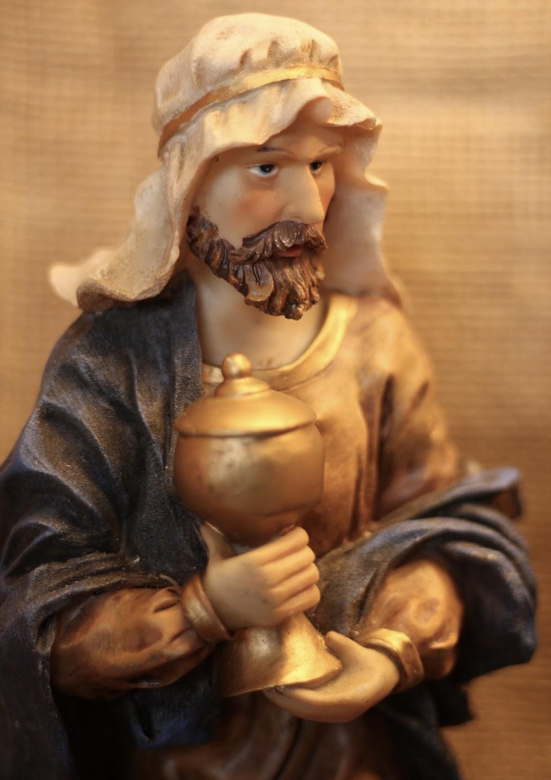 Selbst gebaute Weihnachtskrippe mit Figuren aus Polyresin oder Kunstharz:Heiliger König mit goldener Urne