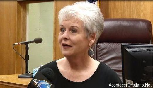 Secretaria Linda Barnette,