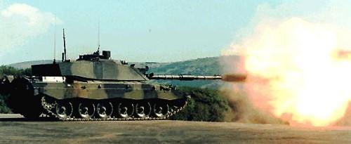 Challenger 2 menembakkan meriamnya