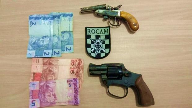 Polícia encontra armas em porta luvas de táxi em Canoinhas