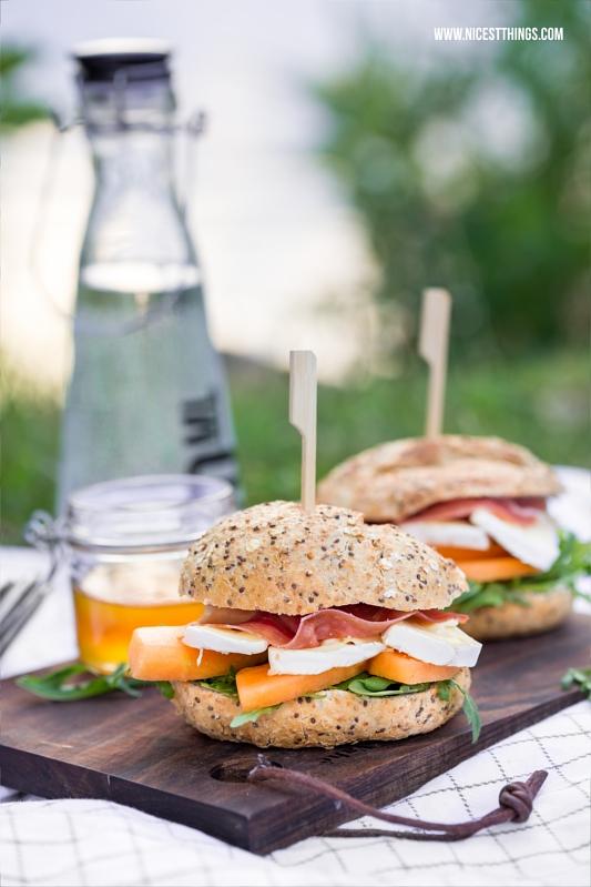 Burger Rezept mit Cantaloupe Melone, rohem Schinken, Weichkäse, Honig