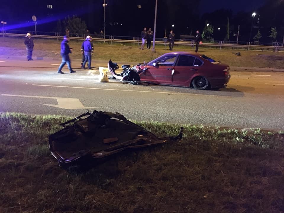 Glābēji aplūko avārijā cietušo auto