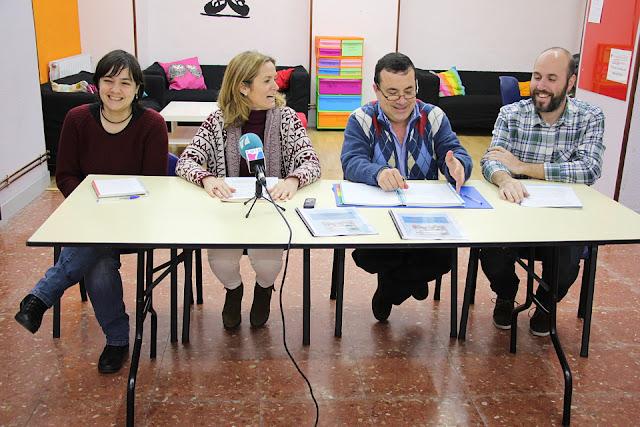 Integrantes de la asociación de vecinos de Rontegi y del equipo de Gobierno municipal