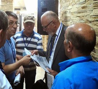 Με τη ΖΑΓΑΛΙΣΑ στα χέρια, ο πρόεδρος της FUEN κ. Hans Heinrich Hansen περικυκλωμένος απο Πομάκους