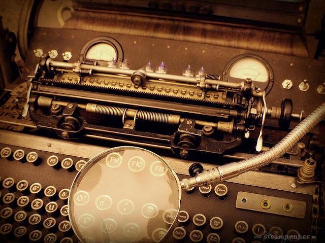 Computador hecho con partes viejas como maquina de escribir