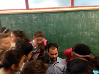 Ο Βαγγέλης διαβάζει σελίδα braille στα παιδιά