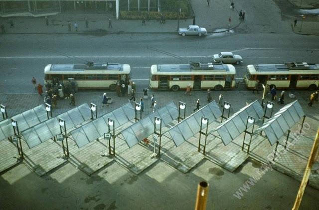 1990-е годы. Рига. Привокзальная площадь. Остановка общественного транспорта