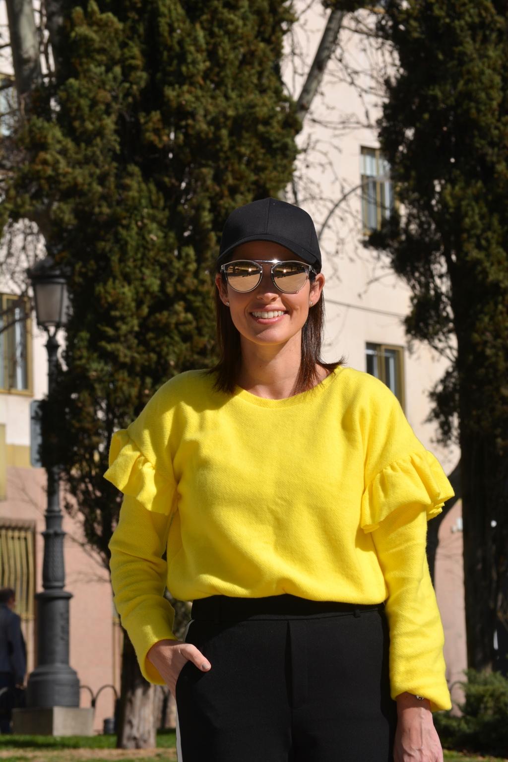 outfit-zara-sudadera-amarilla