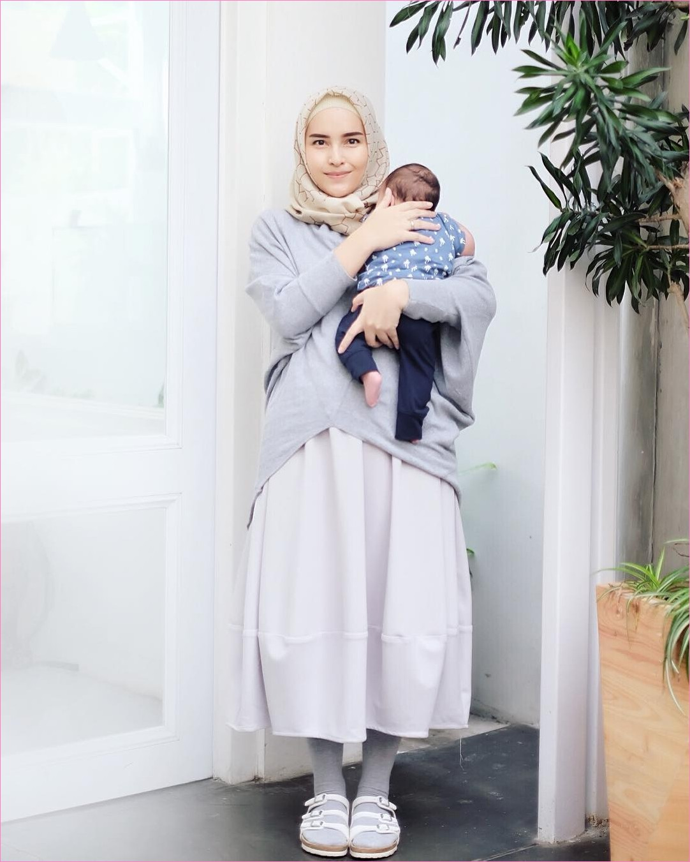 Outfit Rok Untuk Hijabers Ala Selebgram 2018 kerudung segiempat hijab square krem muda blouse abu rok A-line skirt putih legging abu tua sandals loafers and slip ons ootd trendy