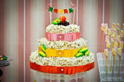bolo festa junina diferente estiloso divertido bonito elegante junino quermese aniversario casamento quadrilha pipoca fogueira camada andares bandeirinhas