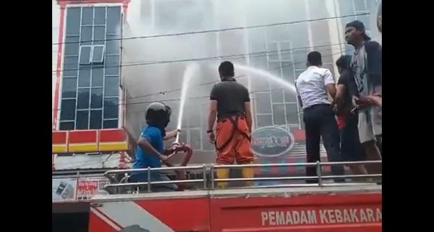 Toko Sepatu CS Jln Adam Malik Kebakaran, Petugas Damkar Berjibaku Memadamkan Api