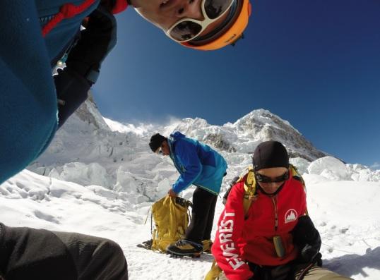 Nieve, montañas y escaladores