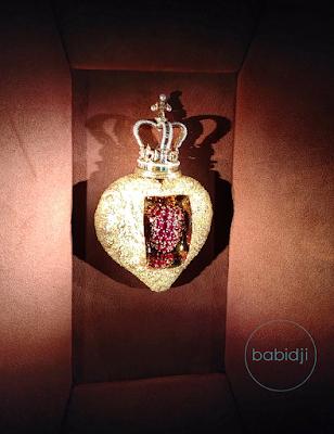 bijou en forme de coeur royal avec un mécanisme pour qu'il batte dessiné par Dali