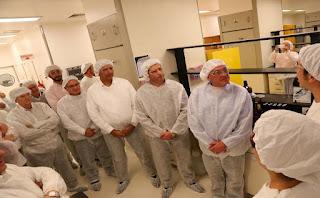 El laboratorio médico tiene en la actualidad 700 empleados y la idea es sumar un nuevo turno para lograr mayor producción. Ya le comunicaron al gobernador que la idea es contratar 50 nuevos operarios.