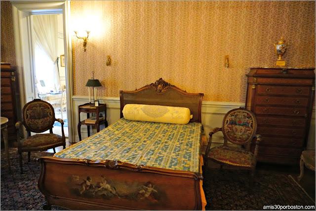 Cama del Dormitorio de Estilo Luis XV en la Mansión The Elms en Newport