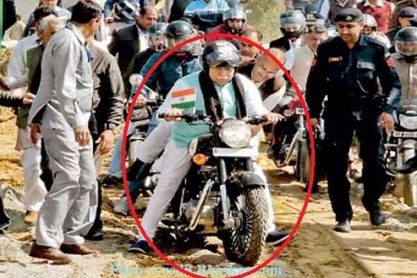 cm-manohar-lal-khattar-buket-stuck-in-soil-ground-in-jind-rally
