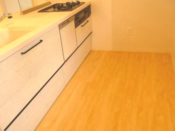 キッチン施工写真(SPCフローリング イエローリングア)