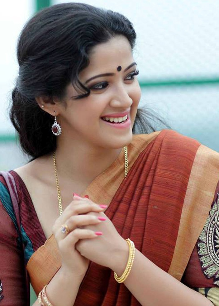 Abhirami Suresh Hot Photos In Maroon Saree