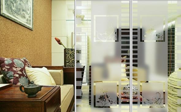 partisi ruangan dari kaca menghadirkan kesan modern dan lebih luas untuk ruangan berukuran kecil
