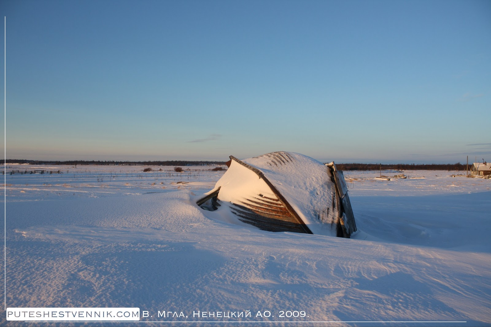 Лодка на снегу в русской деревне