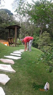 Bizzarri, da Bizzarri Pedras, trabalhando, iniciando a execução dos caminhos de pedra com pedra cacão de São Tomé e das escadas de pedra também com cacão de São Tomé com junta de grama.