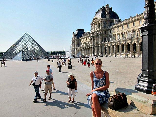 Maxime Löfblad framför Louvre i Paris