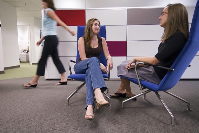 reunión informal en un pasillo