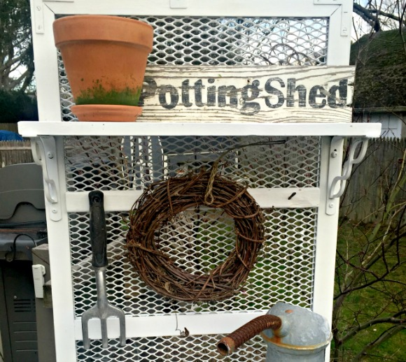 How to Make a Potting Bench From a Metal Grate