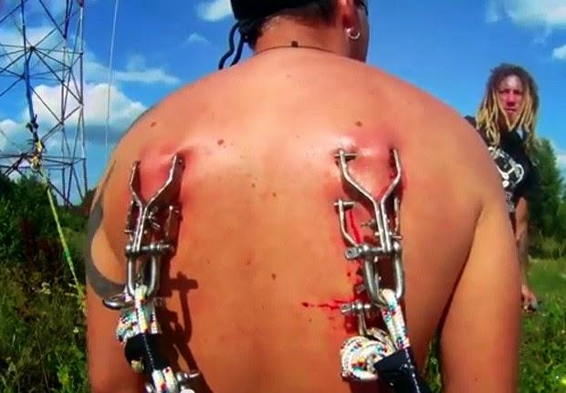 Performace foi feita por equipe de suspensão corporal em Konakovo