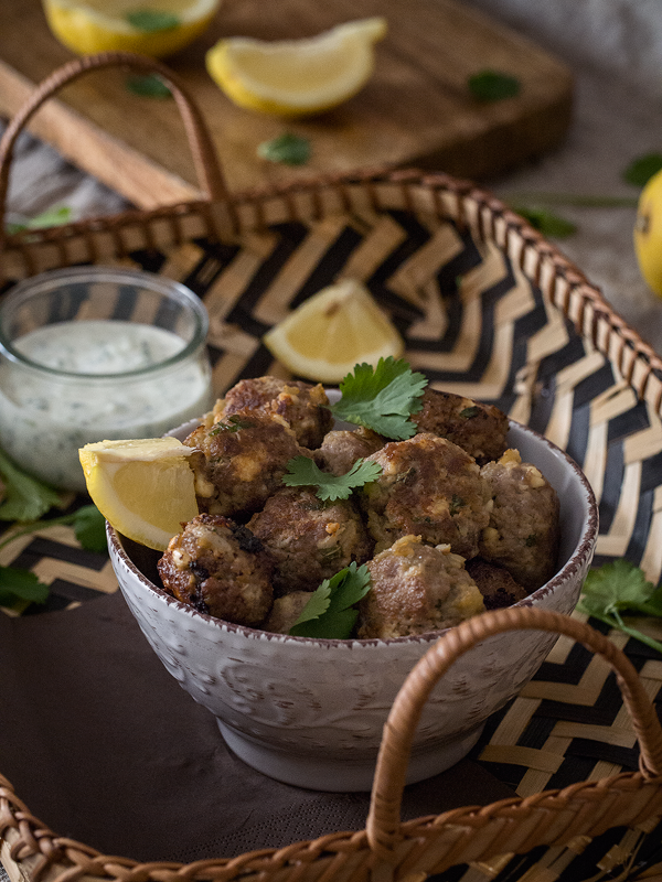 albóndigas-con-berenjena-y-queso-feta-en-salsa-tzatziki