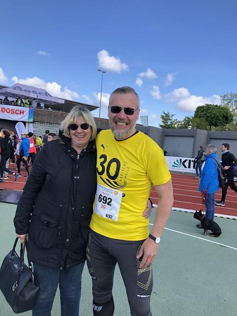 Meine Frau Linda und ich vor dem Start im Stadion des SVK Beiertheim