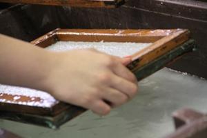 Produção de papel artesanal a partir da reciclagem de bitucas