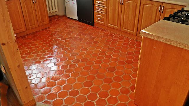 """Stylowa ceglana podłoga w kuchni wykonana z płytek """"Plaster Miodu"""""""
