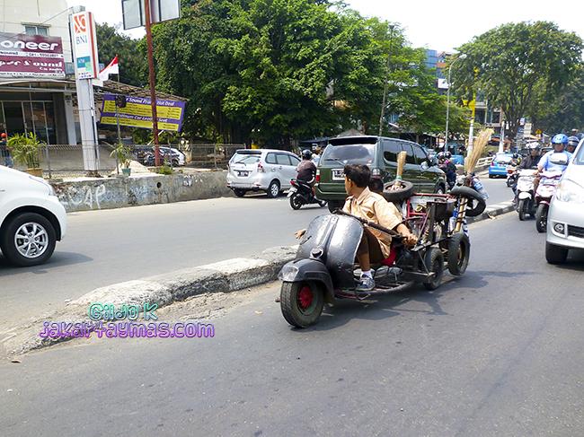 Cacharro circulando por la carretera en Yakarta
