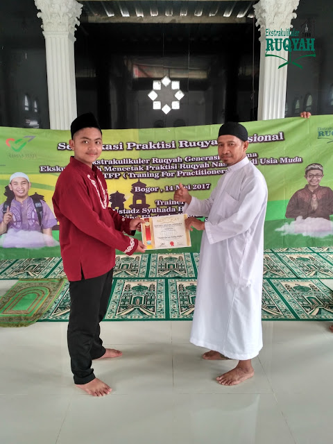 penyerahan sertifikat profesi praktisi ruqyah nasional untuk Pahmi Nurdiansyah, P.QHi